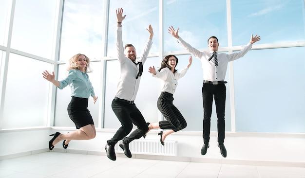 Счастливая бизнес-команда, весело проводящая время в пустом новом офисе