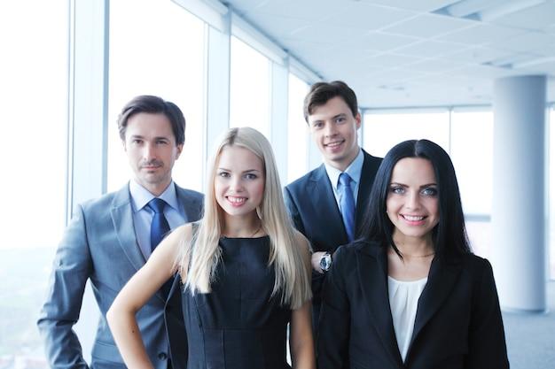 사무실에서 동료의 행복 비즈니스 팀