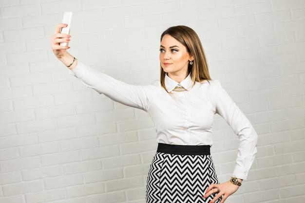 Selfieをやって幸せなビジネス女性