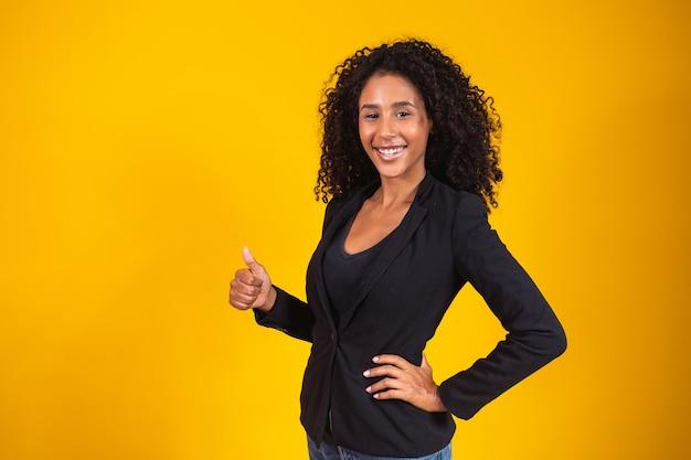 Счастливая деловая женщина показывает палец вверх