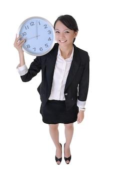 喜びと肩に時計を保持している幸せなビジネス女性、白い背景で隔離の全身像。