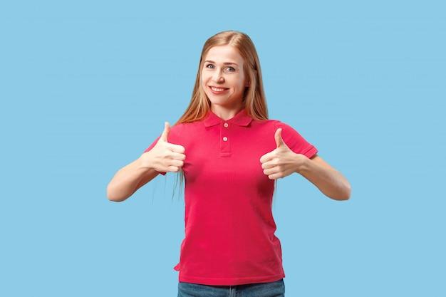 Счастливый деловая женщина, знак ок, улыбаясь, изолированных на модный синий студии