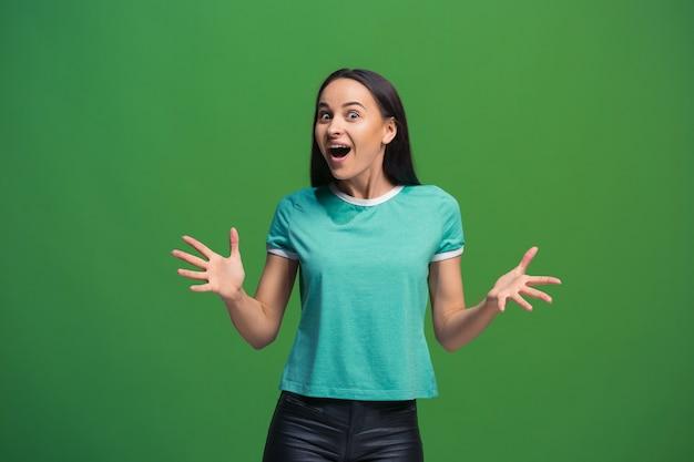 행복 한 비즈니스 여자 서 웃 고 녹색 스튜디오 배경에 고립. 아름 다운 여성 절반 길이 초상화. 젊은 감정적 인 여자.