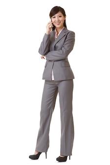 携帯電話で話している幸せなビジネス女性