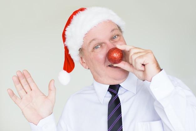광대 코를 가진 산타 모자에 행복 한 사업가