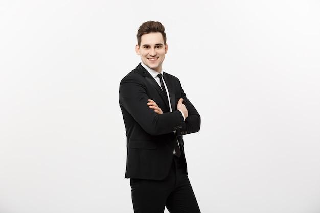孤立した幸せな実業家-白い背景の上に孤立した腕を組んで立っている成功したハンサムな男。