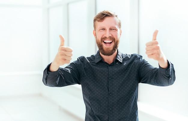 親指を立てて幸せな実業家。コピースペース付きの写真