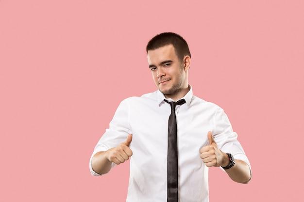 幸せなビジネスマン、サインok、笑顔、トレンディなピンクのスタジオの背景に分離。美しい男性の半身像。感情的な男。