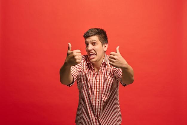 행복 한 사업가, 서명 확인, 웃 고, 유행 빨간 스튜디오 배경에 고립. 아름다운 남성 반장 초상화.
