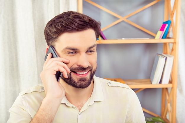 携帯電話で話している幸せな実業家