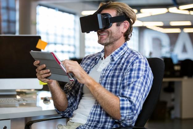 Счастливый бизнесмен с помощью симулятора виртуальной реальности