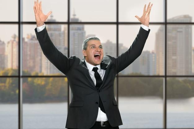 腕を上げて幸せな実業家。