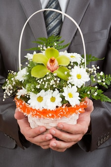 꽃 바구니와 함께 행복 한 사업가