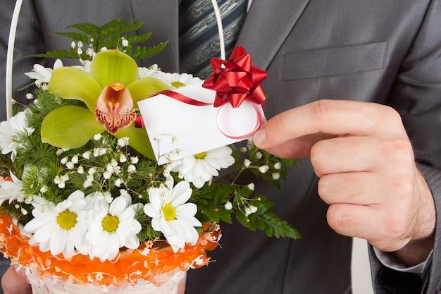 Счастливый бизнесмен с корзиной цветов