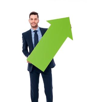 Uomo d'affari felice con una freccia verde