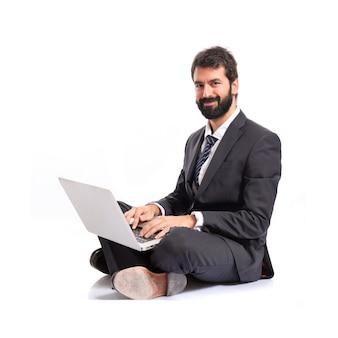 Счастливый бизнесмен с ноутбуком на изолированные белом фоне
