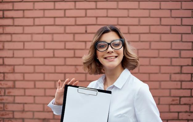 얼굴에 손과 안경에 문서와 건물 근처 행복 한 사업가 자른보기