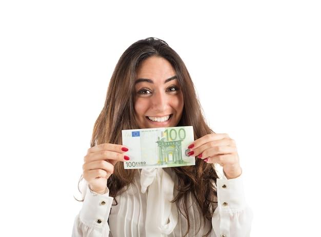 Счастливый бизнесвумен показывает банкноту 100 евро