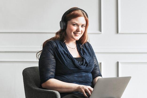Счастливый бизнесвумен, используя ноутбук