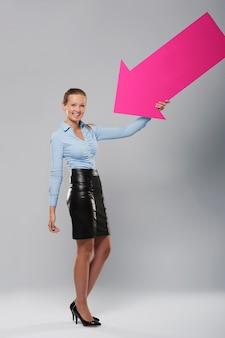 ピンクの矢印で幸せな実業家