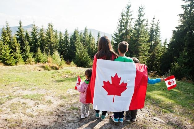 ハッピーカナダデー。 3人の子供を持つ母親の家族は、山で大規模なカナダ国旗のお祝いを開催します。