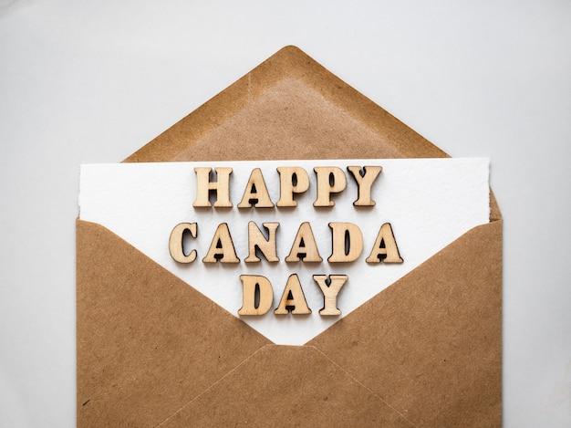 행복한 캐나다 데이. 캐나다 국기의 국가 색으로 그려진 우편 봉투. 휴일 개념. 근접 촬영, 평면도, 텍스처. 가족, 친척, 친구 및 동료를 축하합니다