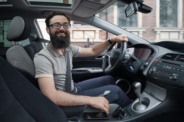 Felice automobilista con cintura di sicurezza allacciata