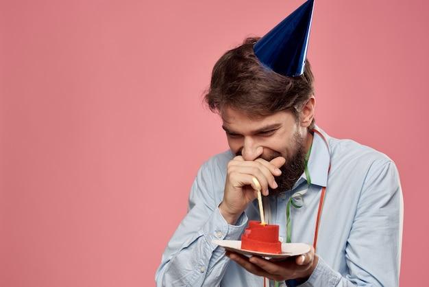 ピンクの壁とコピースペースの休日の誕生日のキャップにケーキと幸せな車。