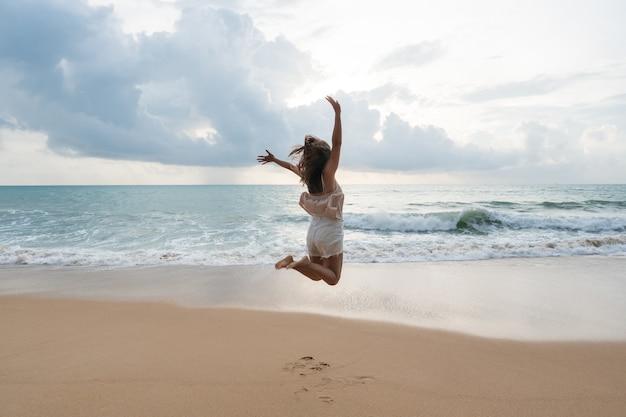 해변에서 즐기는 행복 평온한 아시아 여자. 여름과 휴가 개념. 공간 복사