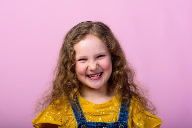幸せなのんきな子供が笑っている