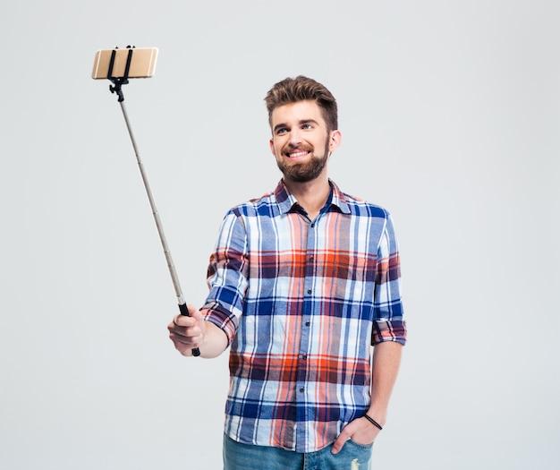 Счастливый случайный человек, делающий селфи фото