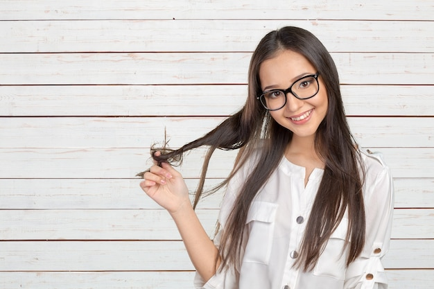 Счастливая случайная молодая женщина в очках