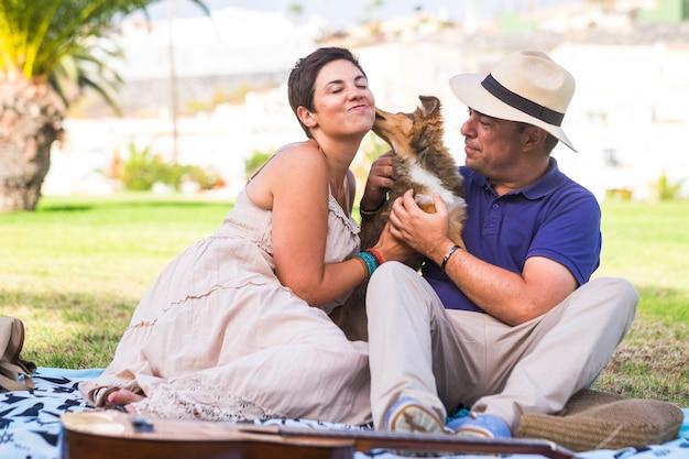행복 한 백인 성인 커플 대체 가족과 가장 친한 친구 개념에서 두 개를 즐길 수