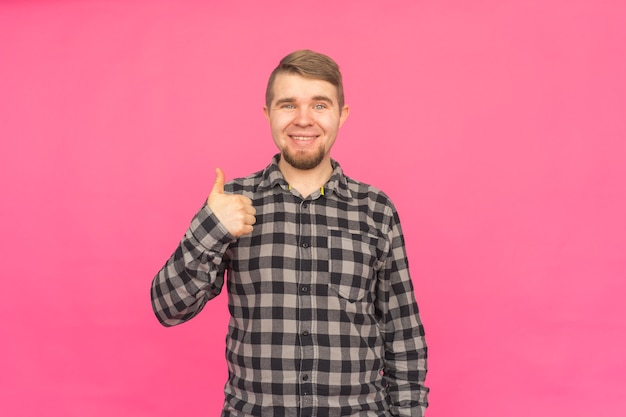 핑크에 엄지 손가락 최대 행복 백인 수염 된 남자
