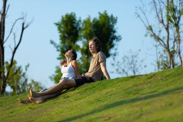 Счастливая пара кавказских женщина и мужчина проводят время вместе на природе, кемпинг на открытом воздухе.