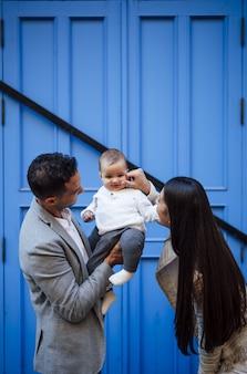 여자 아기와 함께 행복 한 백인 가족