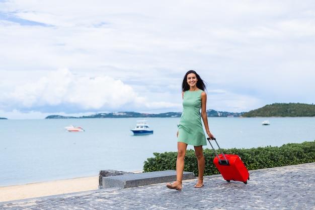 호텔 외부 빨간 가방 드레스에 행복 백인 꽤 긴 머리 우아한 관광 여자