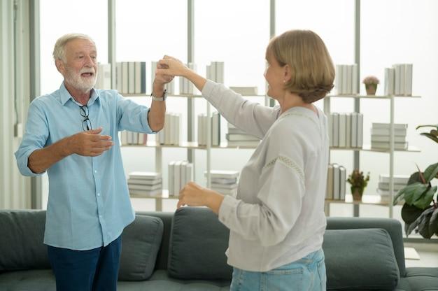 Счастливая пара кавказских старших танцует дома