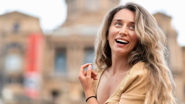 스페인 바르셀로나를 배경으로 한 드레스를 입은 행복한 백인 여성