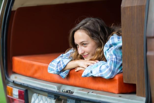 Счастливые люди кавказской женщины-путешественника наслаждаются отдыхом на природе в машине