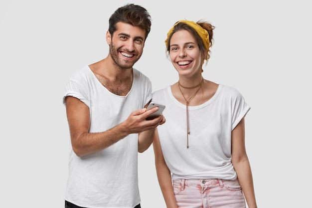 행복한 백인 젊은 여자와 남자는 좋은 전화 대화를 한 후 즐거운 느낌