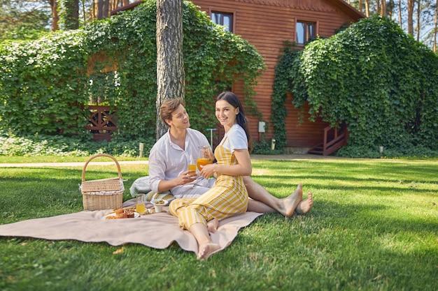 목조 주택 앞에 녹색 정원에서 편안한 행복 명랑 가족 커플