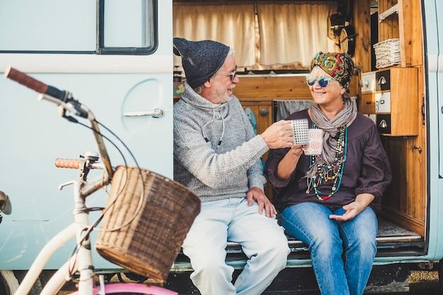 행복한 쾌활한 성숙한 사람들 커플 백인 추적자는 사랑과 영원히 함께 좋은 은퇴 한 라이프 스타일을위한 대체 휴가 동안 그녀의 밴에서 앉아 휴식을 취하고 휴식을 취하십시오.