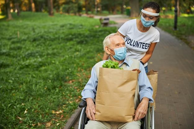 행복한 쾌활한 여성과 공원에서 노는 노인