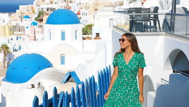 ギリシャでの休日を楽しんで幸せな陽気な女性
