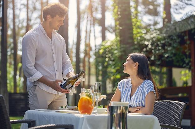 아름 다운 녹색 정원에서 점심 시간에 함께 휴식 행복 쾌활 한 젊은 부부