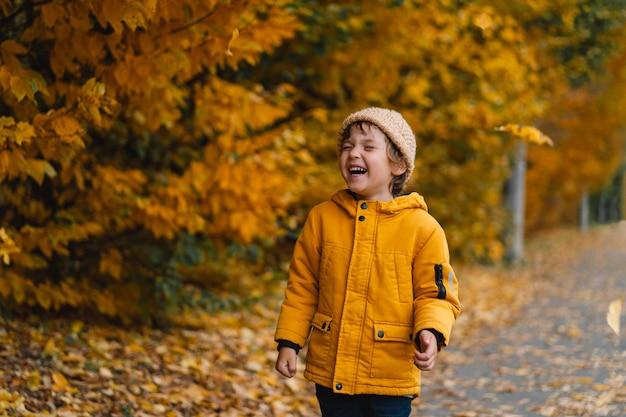 웃으면 서 가을 날에 행복한 아이 소년.