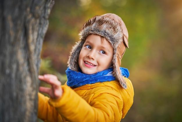 가 밖에 서 놀고 행복 한 아이 보