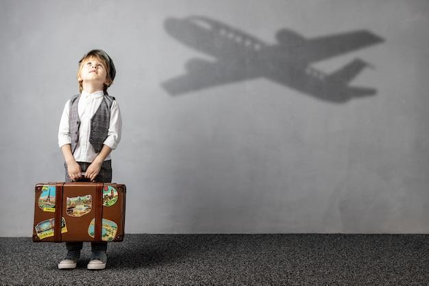 Счастливый ребенок мечтает о путешествии