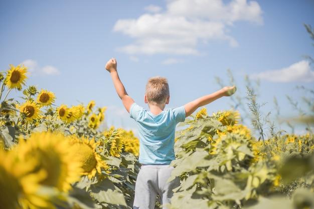 ハッピーチャイルドフィールドひまわり屋外キッドの自由と幸福の概念を楽しんでいます